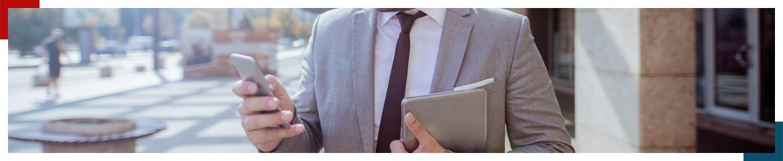 Mężczyzna w graniturze trzymający telefon